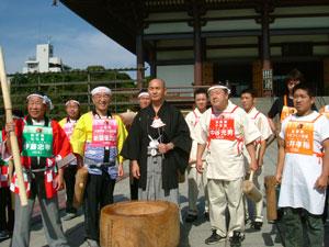 左から当社新関徳次郎社長、長男、ホリエモン、家内のさとみ、青木裕子アナウンサー。